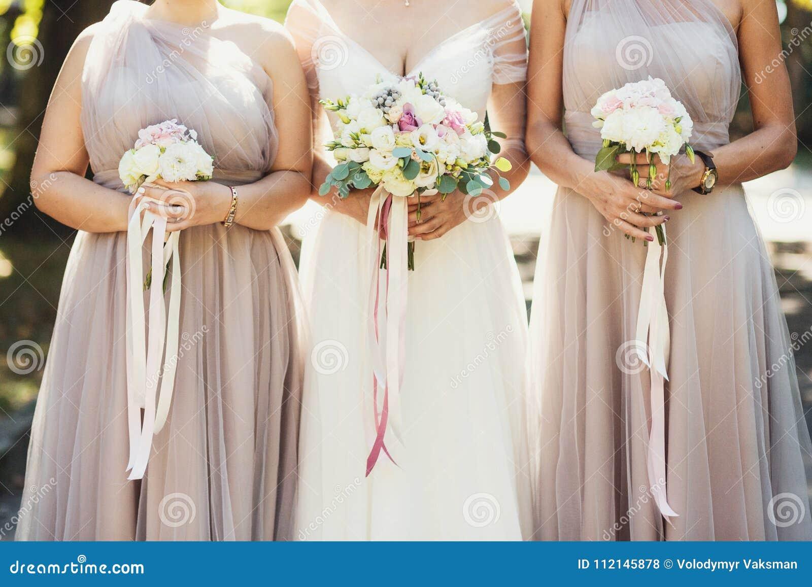 Bouquet Sposa E Damigelle.Sposa E Damigelle D Onore Con I Mazzi Di Autunno Fotografia Stock