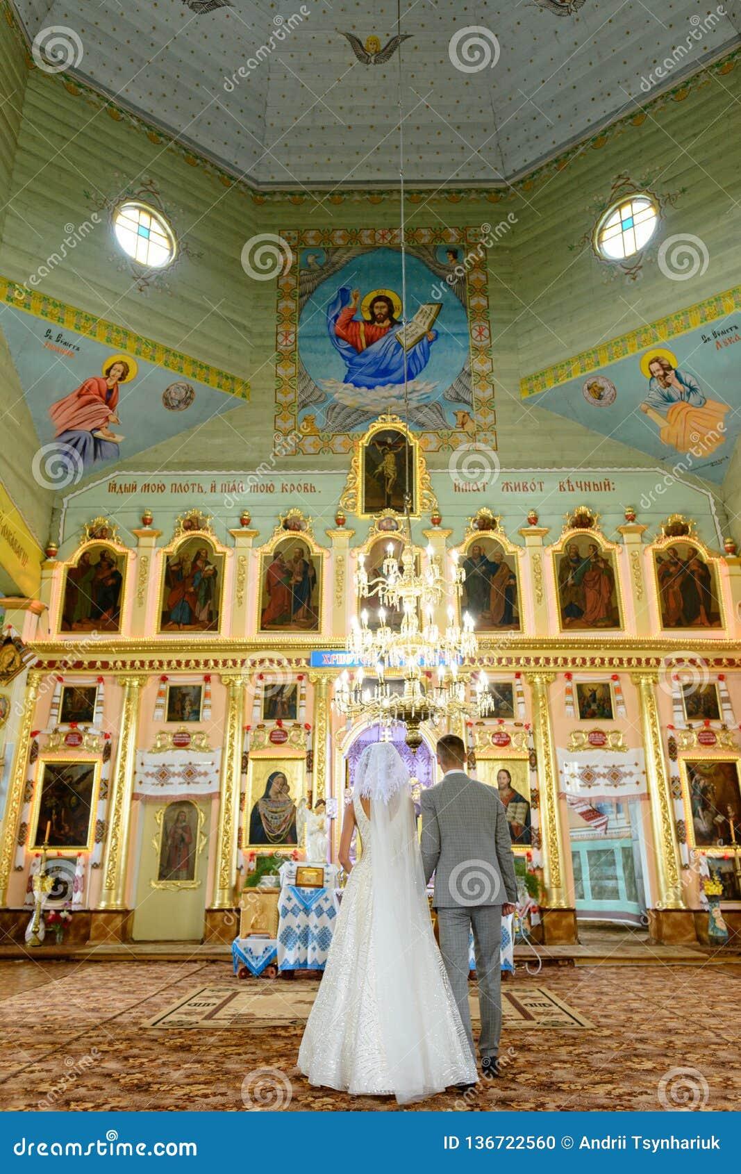 Sposa e sposo alla chiesa durante la cerimonia di nozze
