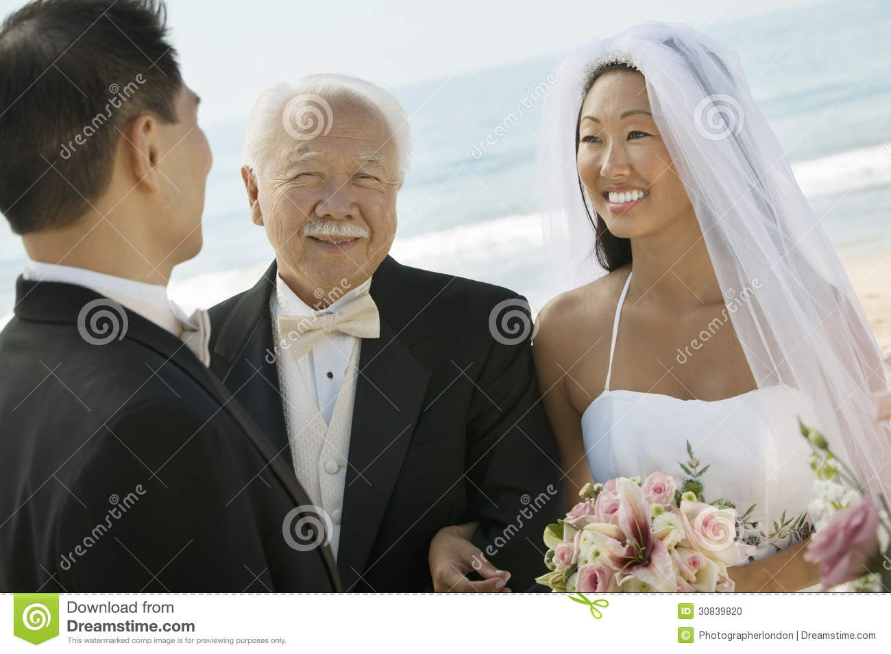 Sposa e sposo asiatici With Father