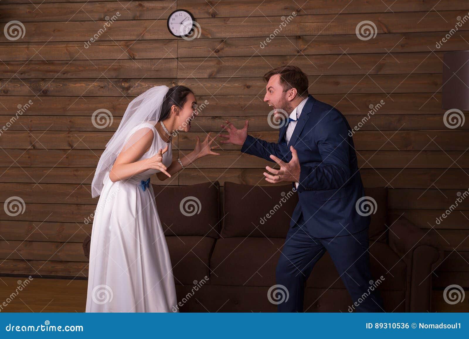 Sposa e sposo che gridano ad a vicenda