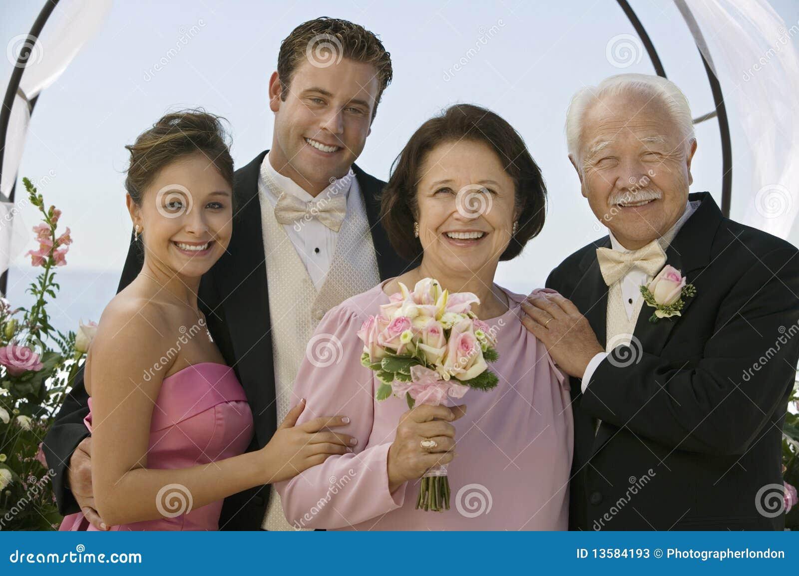 Sposa e sposo con i genitori