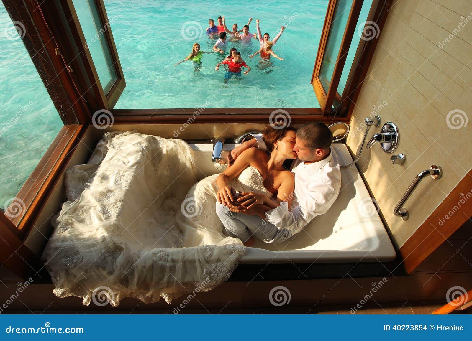 Sposa E Sposo In Vasca Da Bagno In Maldive Fotografia Stock ...