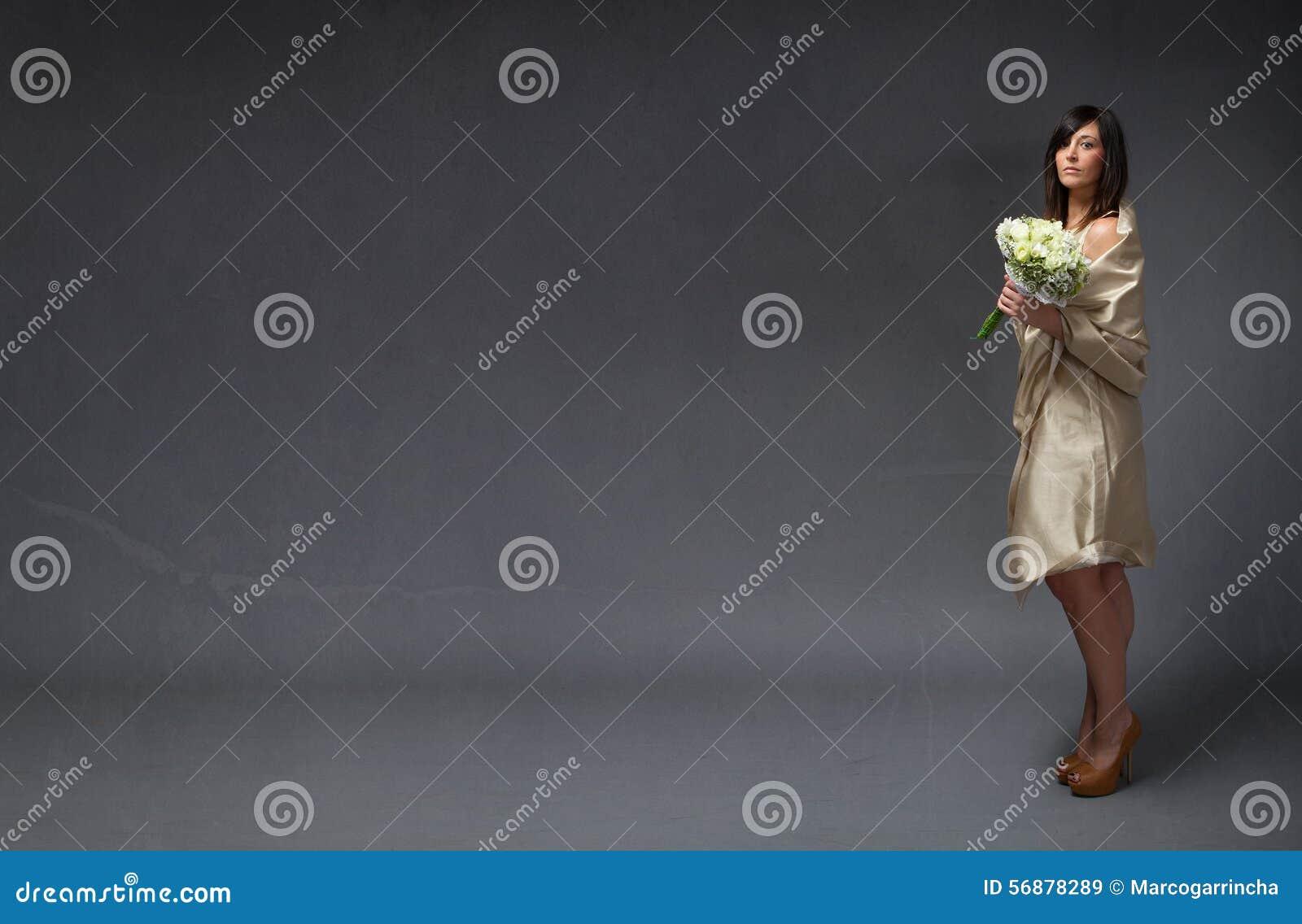 Sposa elegante con il mazzo a disposizione