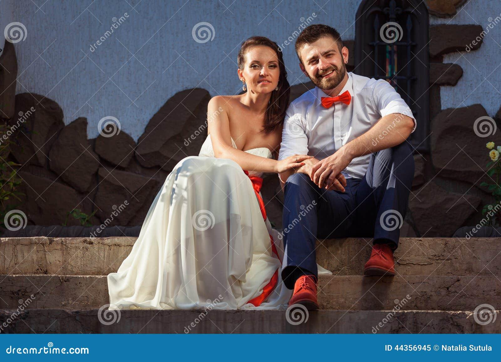 Sposa europea e sposo che baciano nel parco