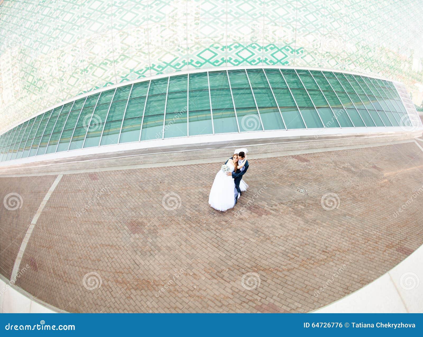 Sposa felice e sposo elegante in vestito blu con