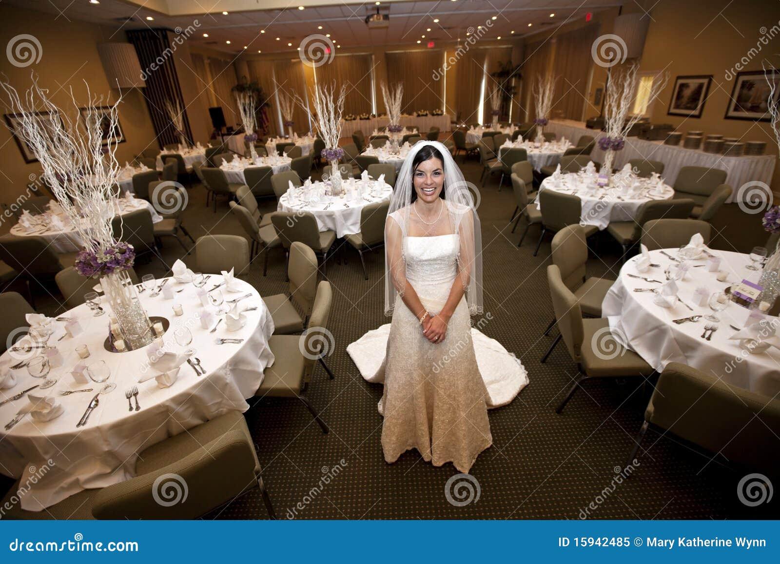 Sposa nella sede della riunione di cerimonia nuziale