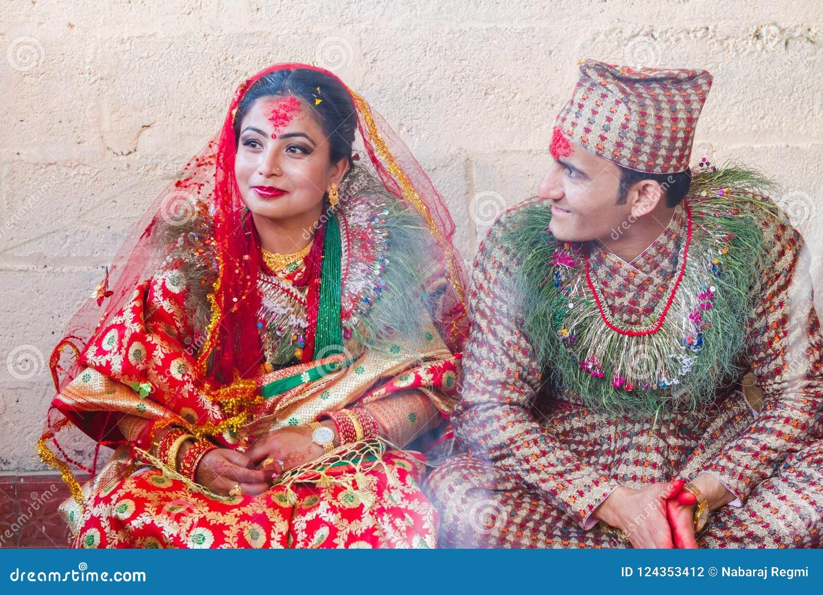 Sposa nepalese e sposo nelle nozze, nozze indù