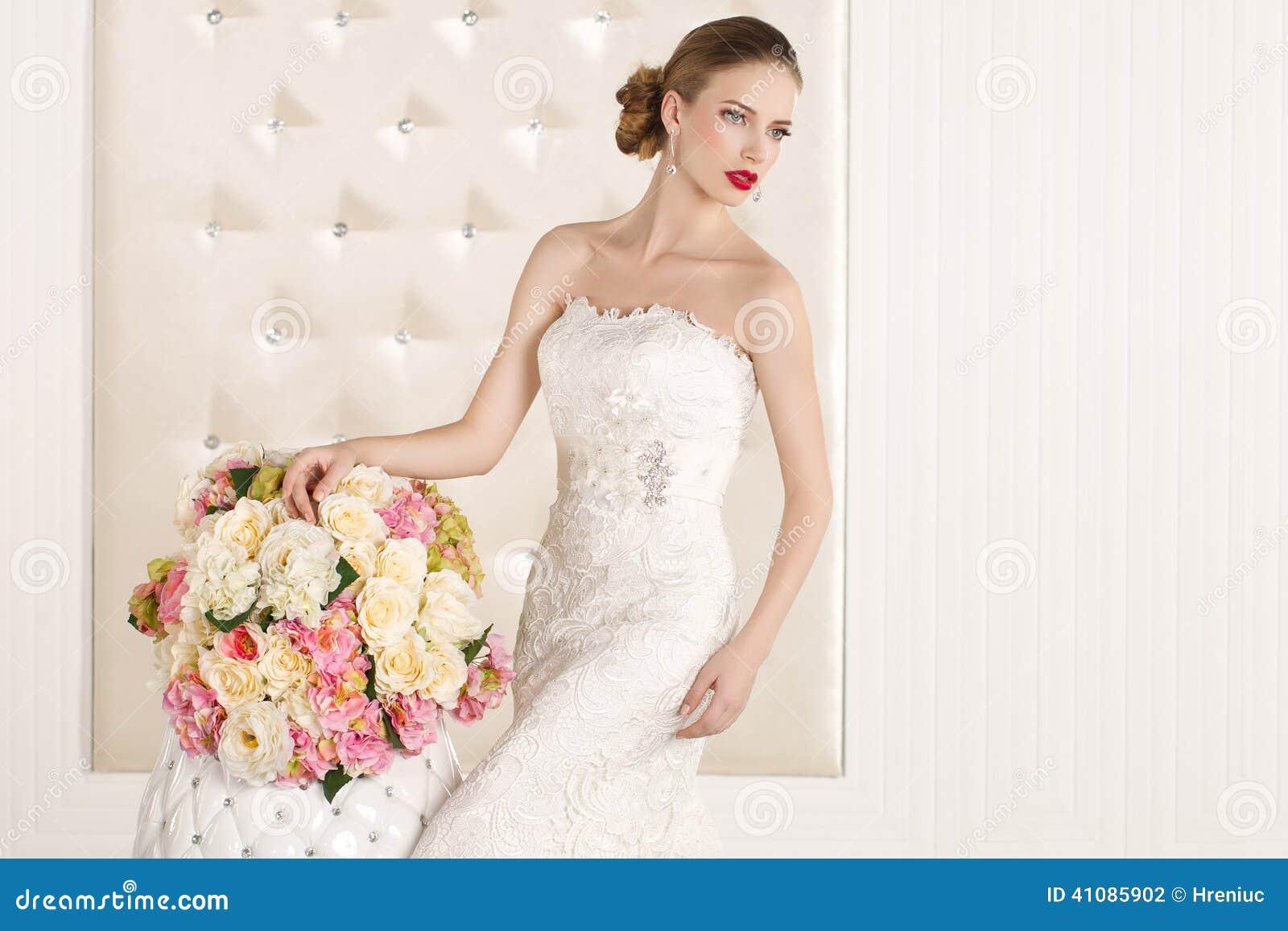 big sale 734ed 55a7e Sposa Splendida Con Il Vestito Bianco Con Il Mazzo Dei Fiori ...