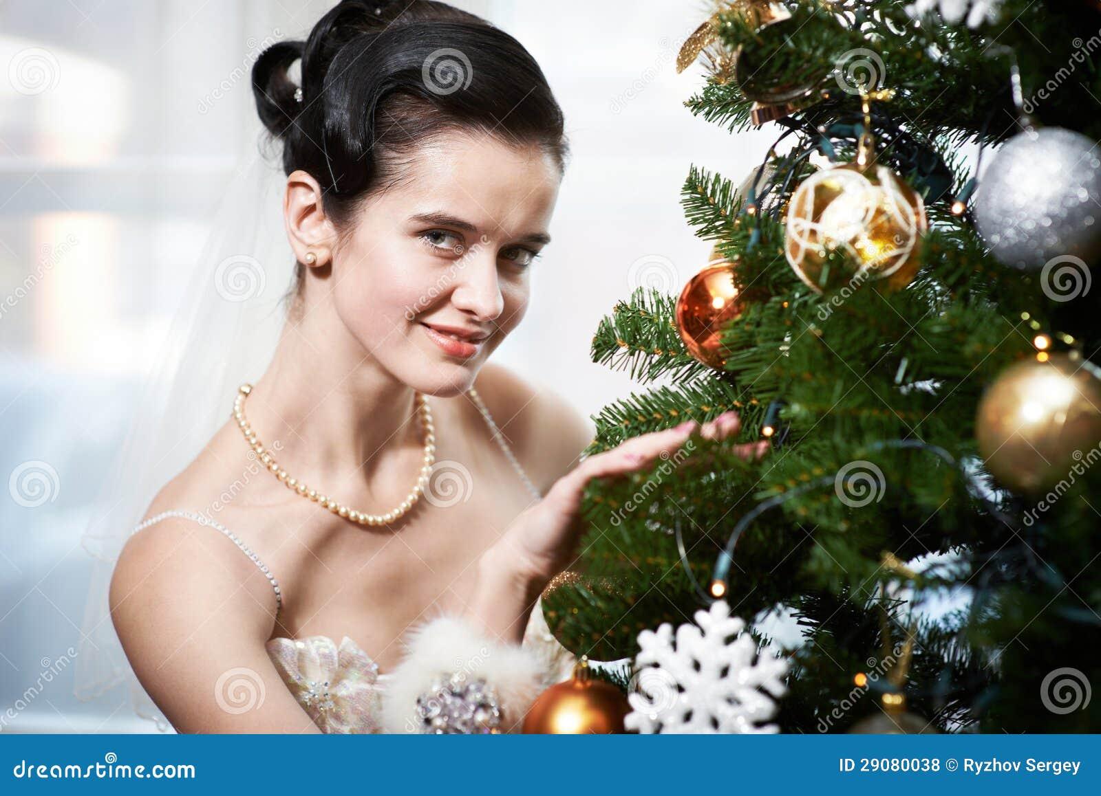 Sposa vicino all albero di Natale