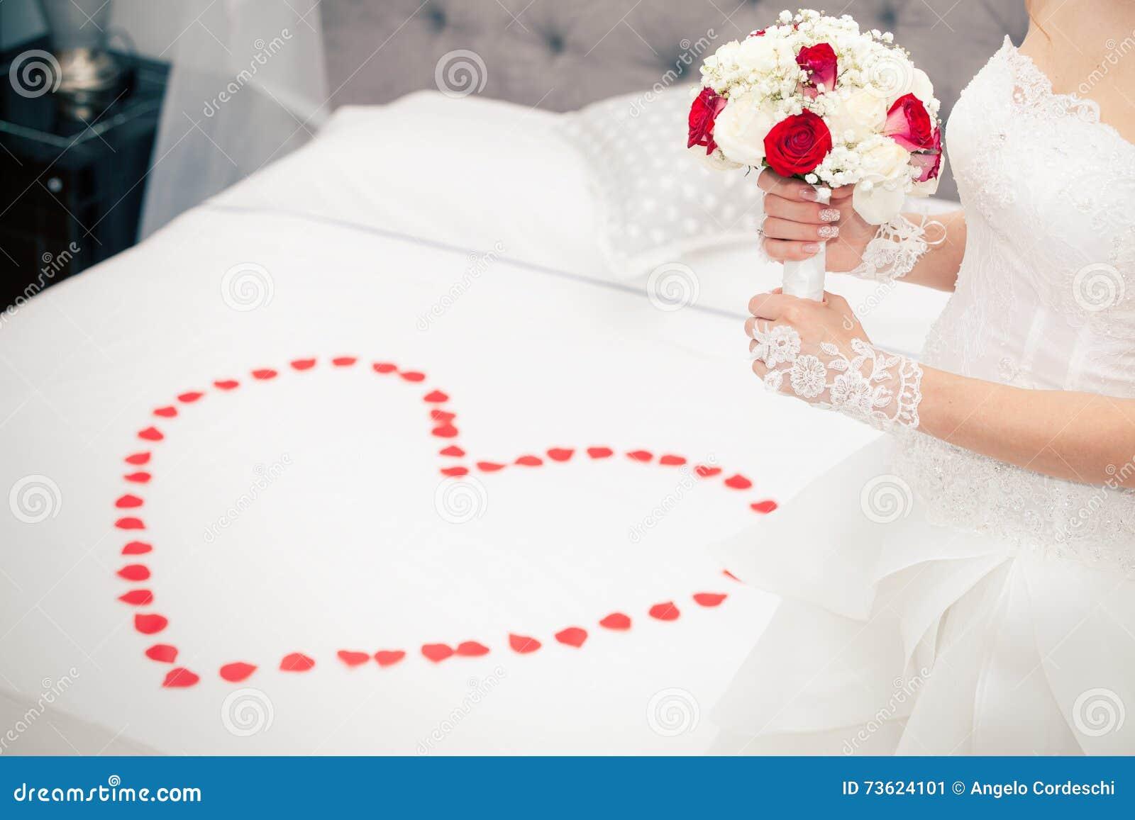 Sposi, Il Matrimonio Sposa A Casa Letto Nuziale Forma Del ...