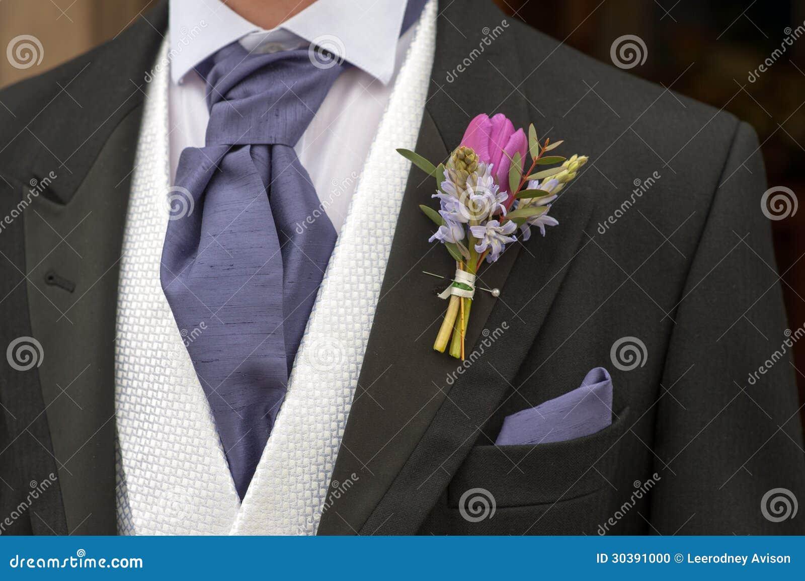 Sposo con l occhiello porpora del fiore