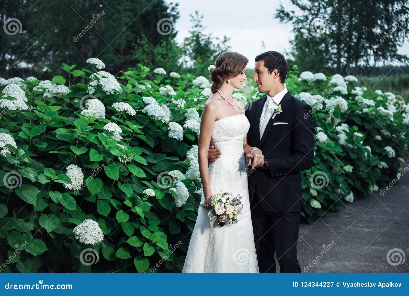 Sposo e una sposa che stringe a sé romanticamente