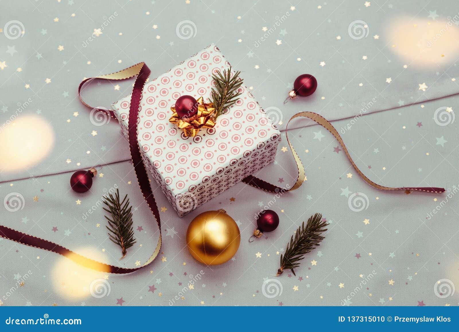 Spostamento del regalo di Natale nella scatola