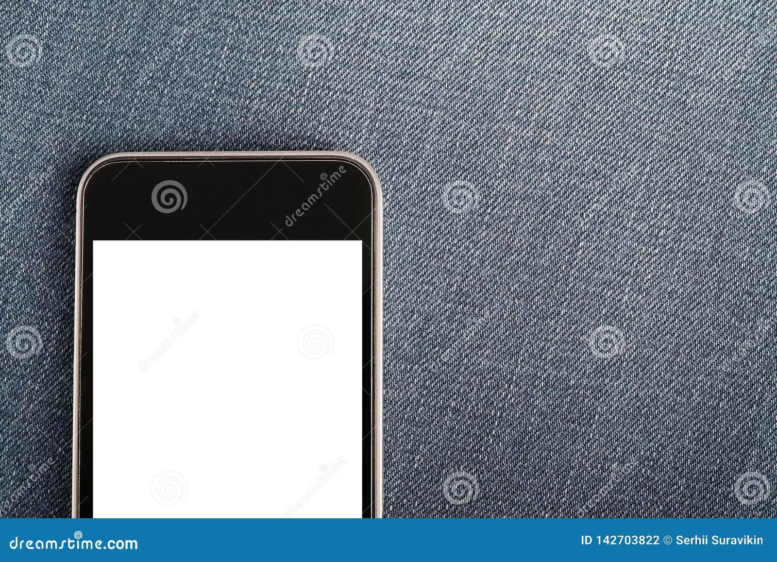 Spot omhoog met verticale richtlijn moderne smartphone op denimtextiel