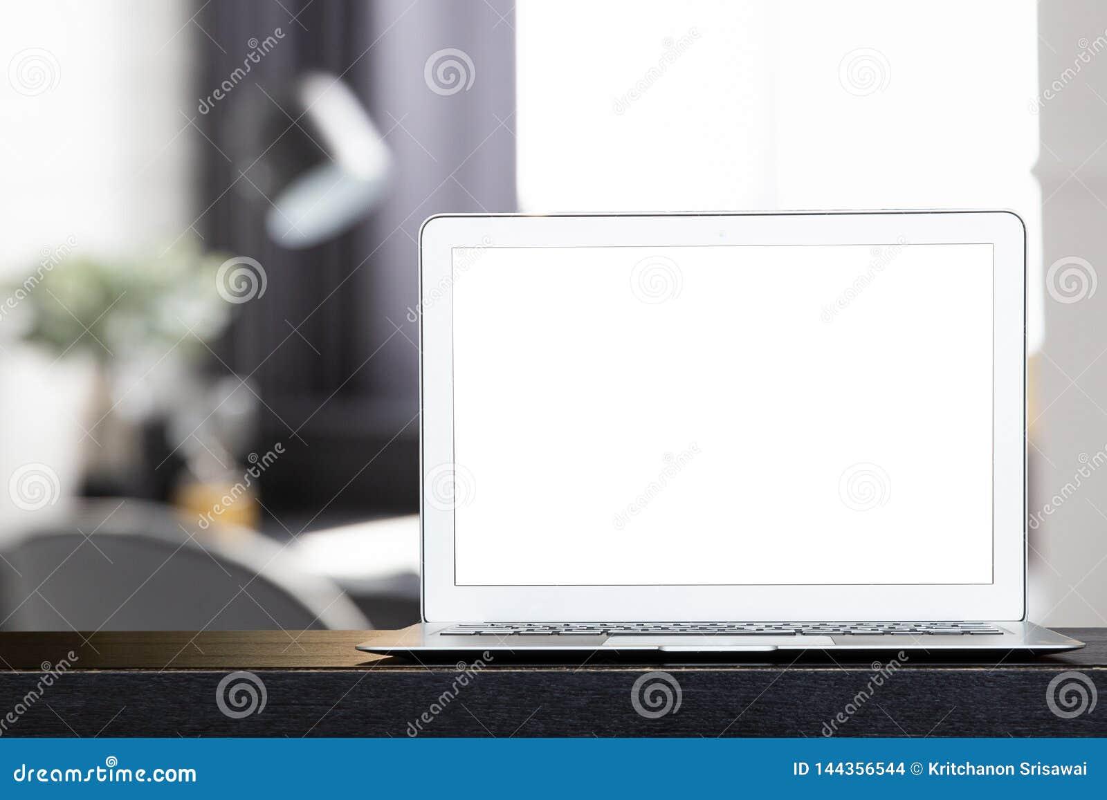 Spot omhoog van lege moderne laptop op het zwarte bureau
