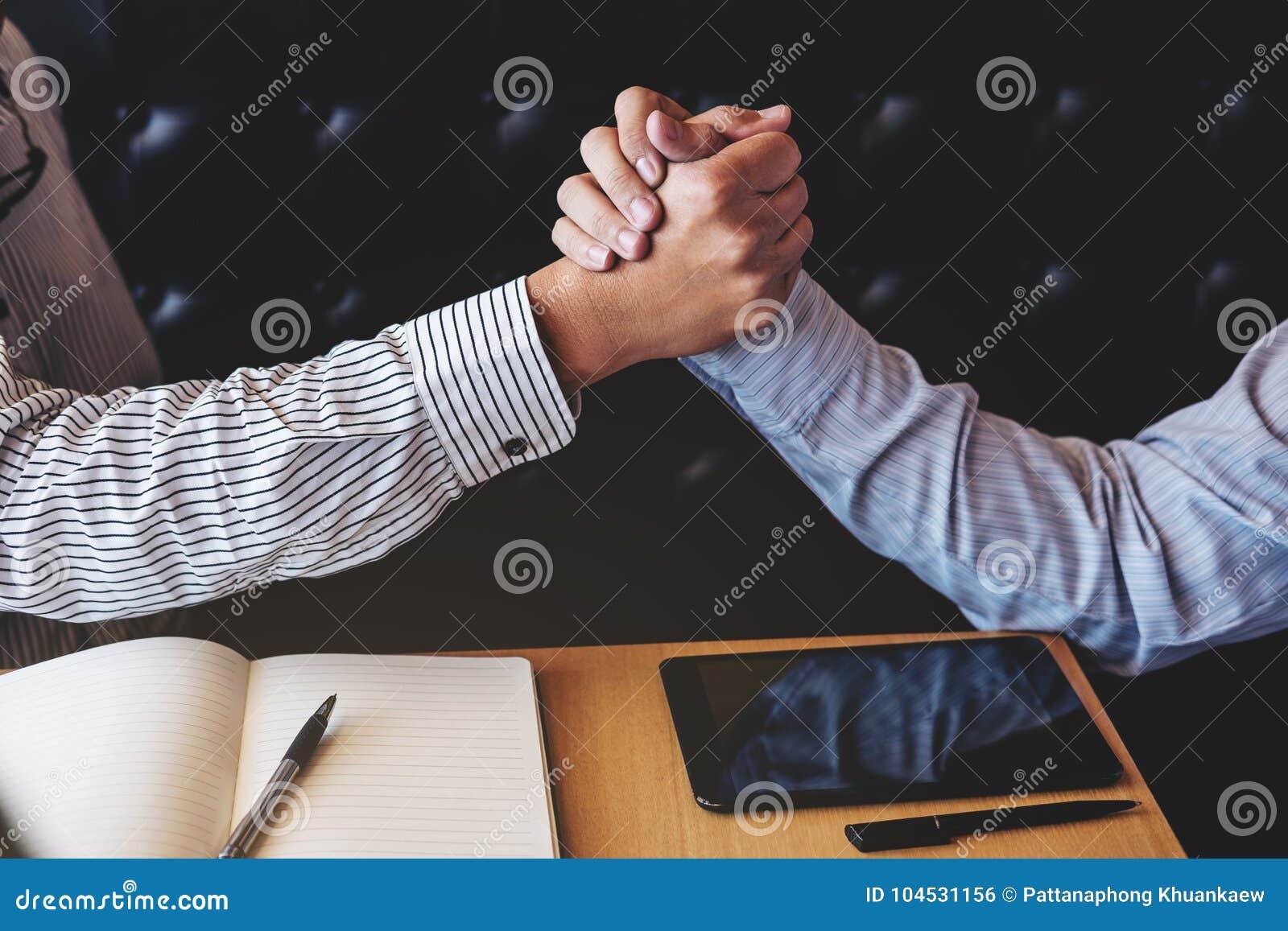 Spotkania i powitania pojęcie, Dwa a ufny Biznesowy uścisk dłoni