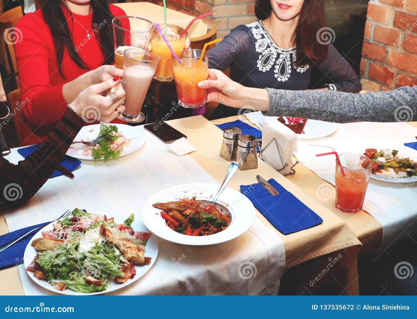 Spotkanie przyjaciele kobiety w restauracji dla gościa restauracji Dziewczyny relaksują koktajle i piją
