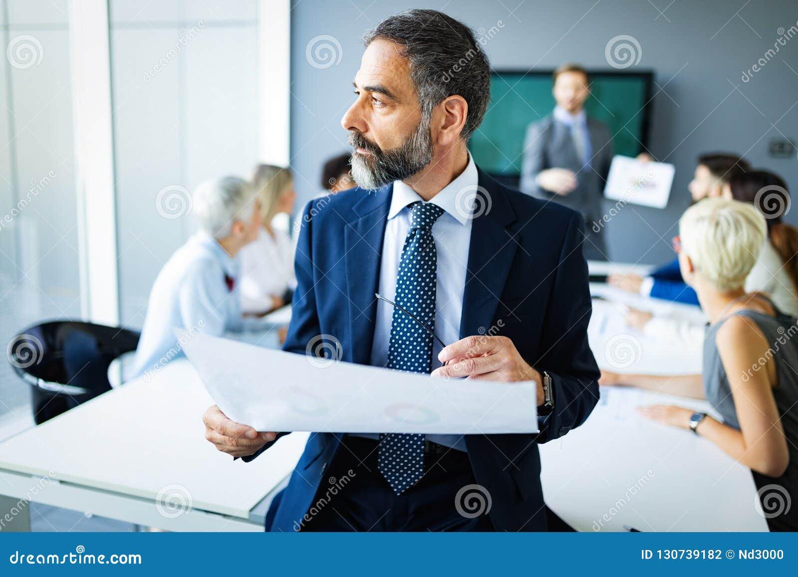 Spotkanie sukcesu brainstorming pracy zespołowej biura biznesowy korporacyjny pojęcie