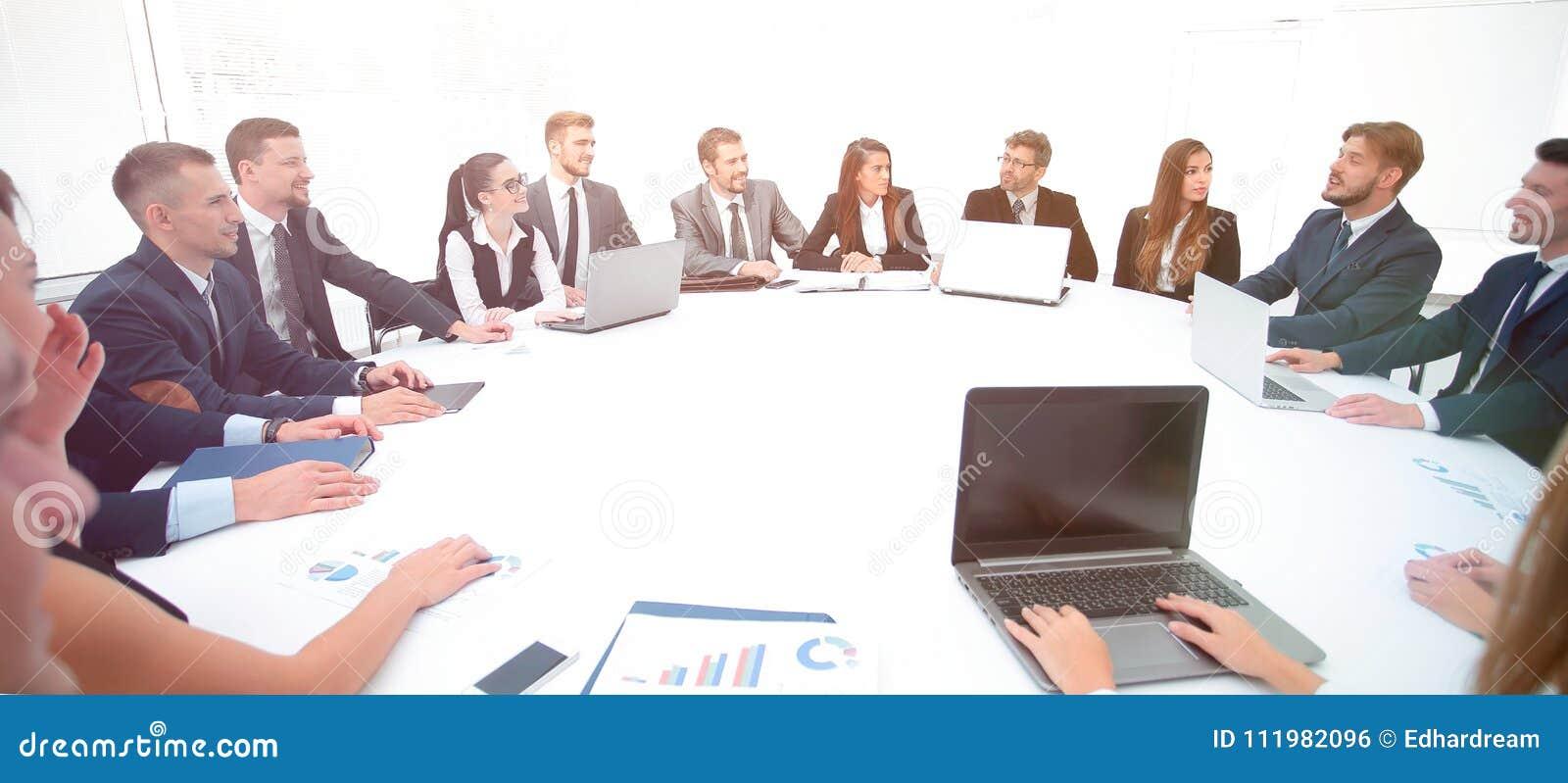 Spotkanie udziałowowie firma przy okrągłym stołem