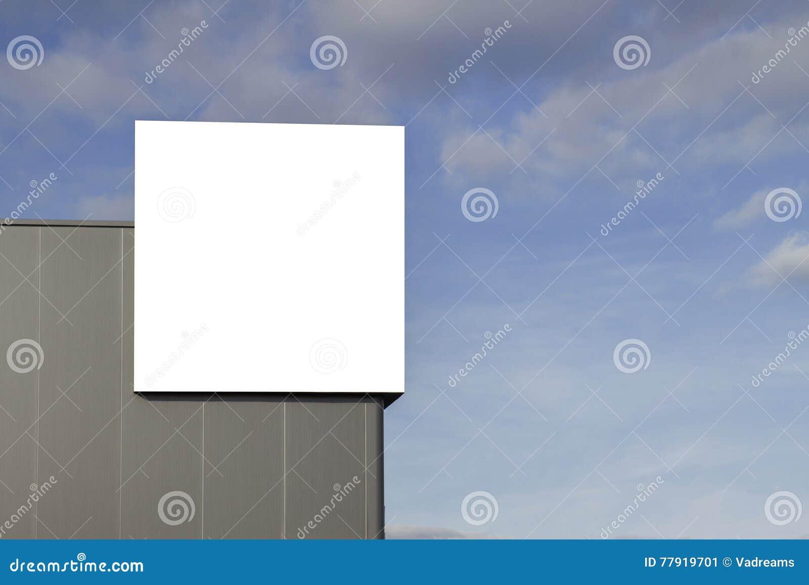 Spott oben Leere Anschlagtafel draußen, Werbung im Freien auf der Wand eines Hintergrundes des blauen Himmels des Gebäudes