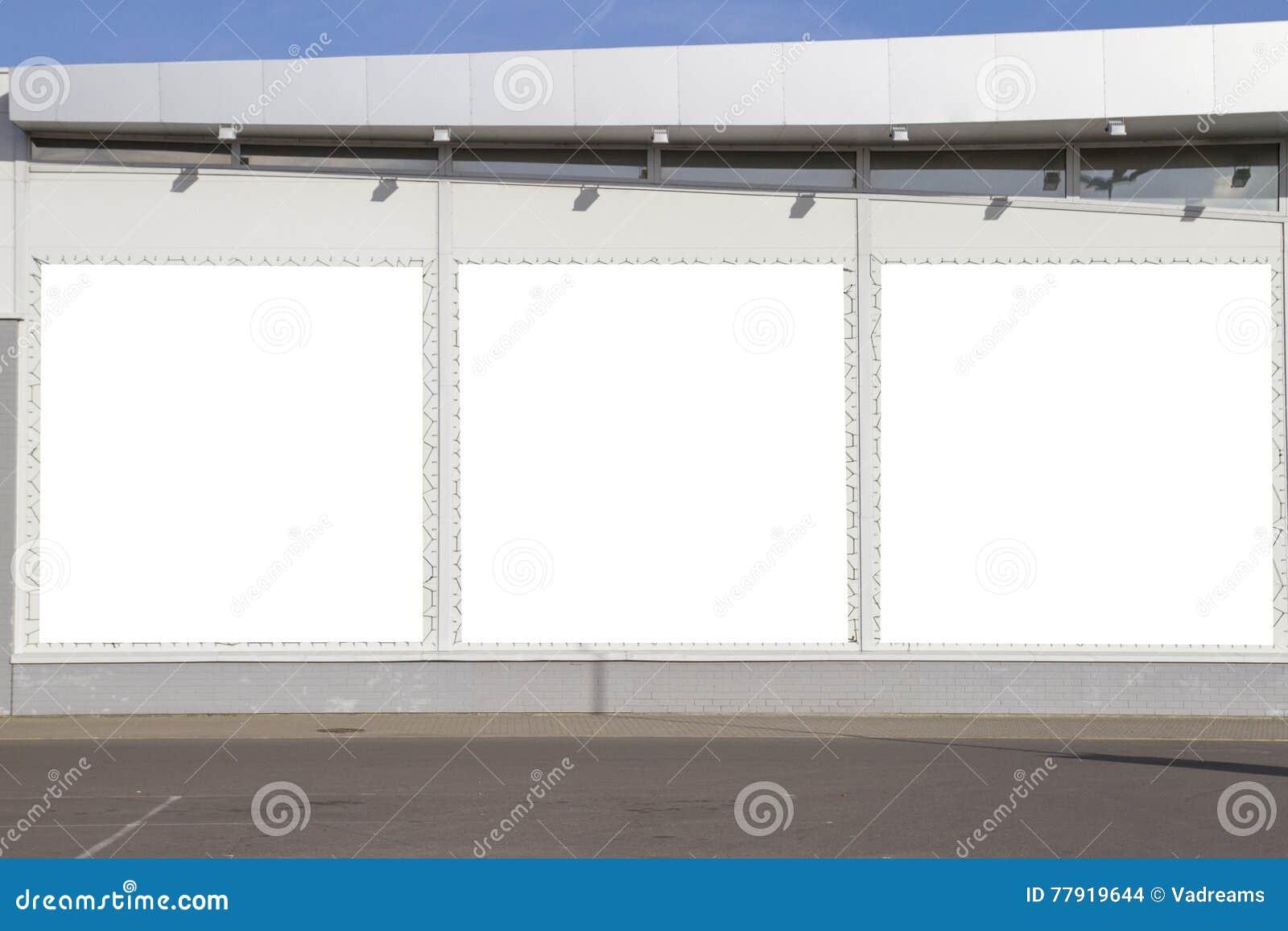 Spott oben Werbung im Freien, leere Anschlagtafeln draußen auf dem Shop oder Supermarktwand