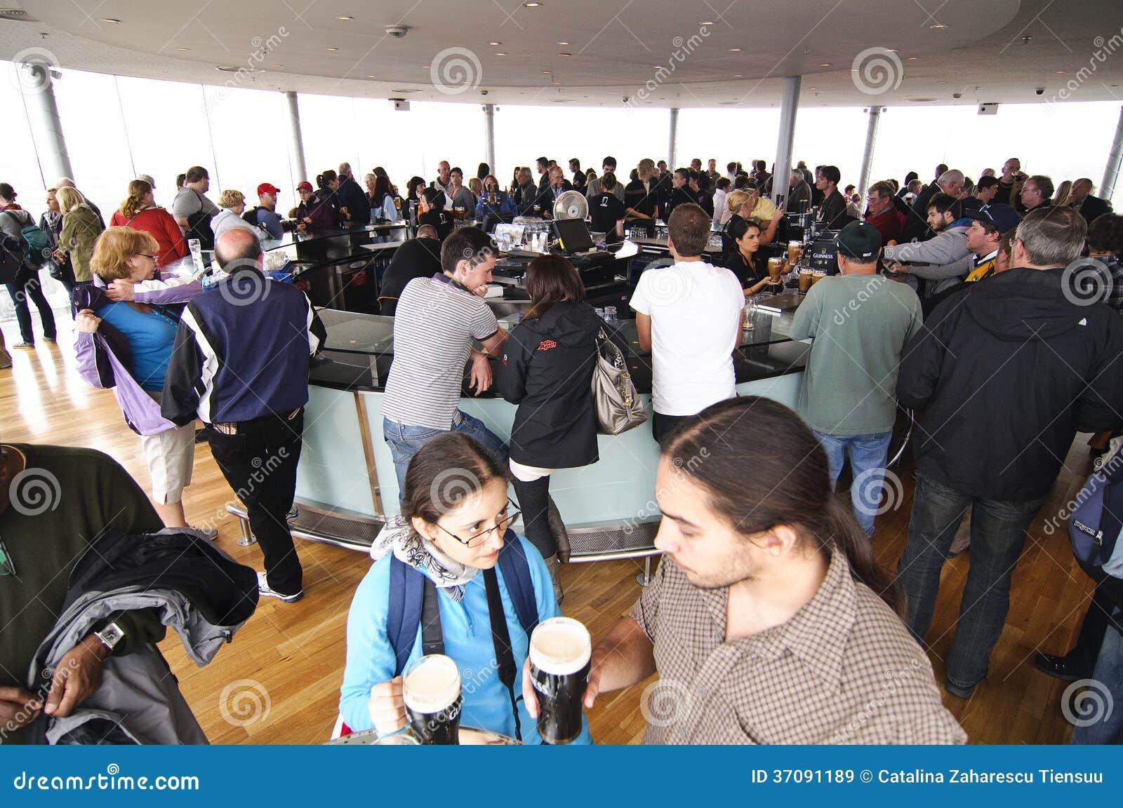 Download Spoważnienie bar obraz stock editorial. Obraz złożonej z barman - 37091189