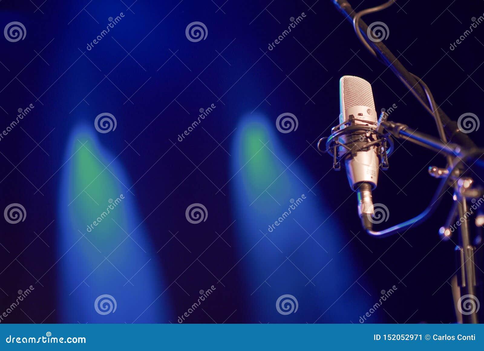 Sprachmikrofon auf einem Stadium mit Hintergrundlichtern