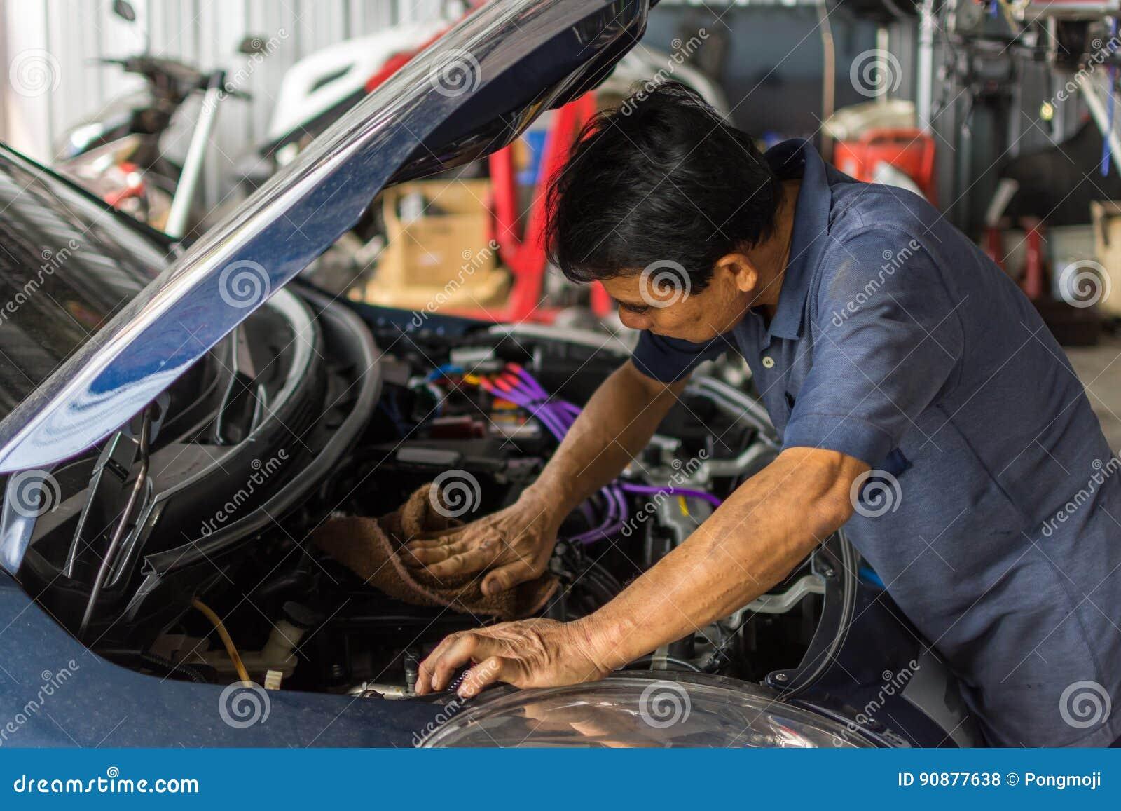 Sprawdzać samochodowego silnika dla naprawy przy samochodowym garażem