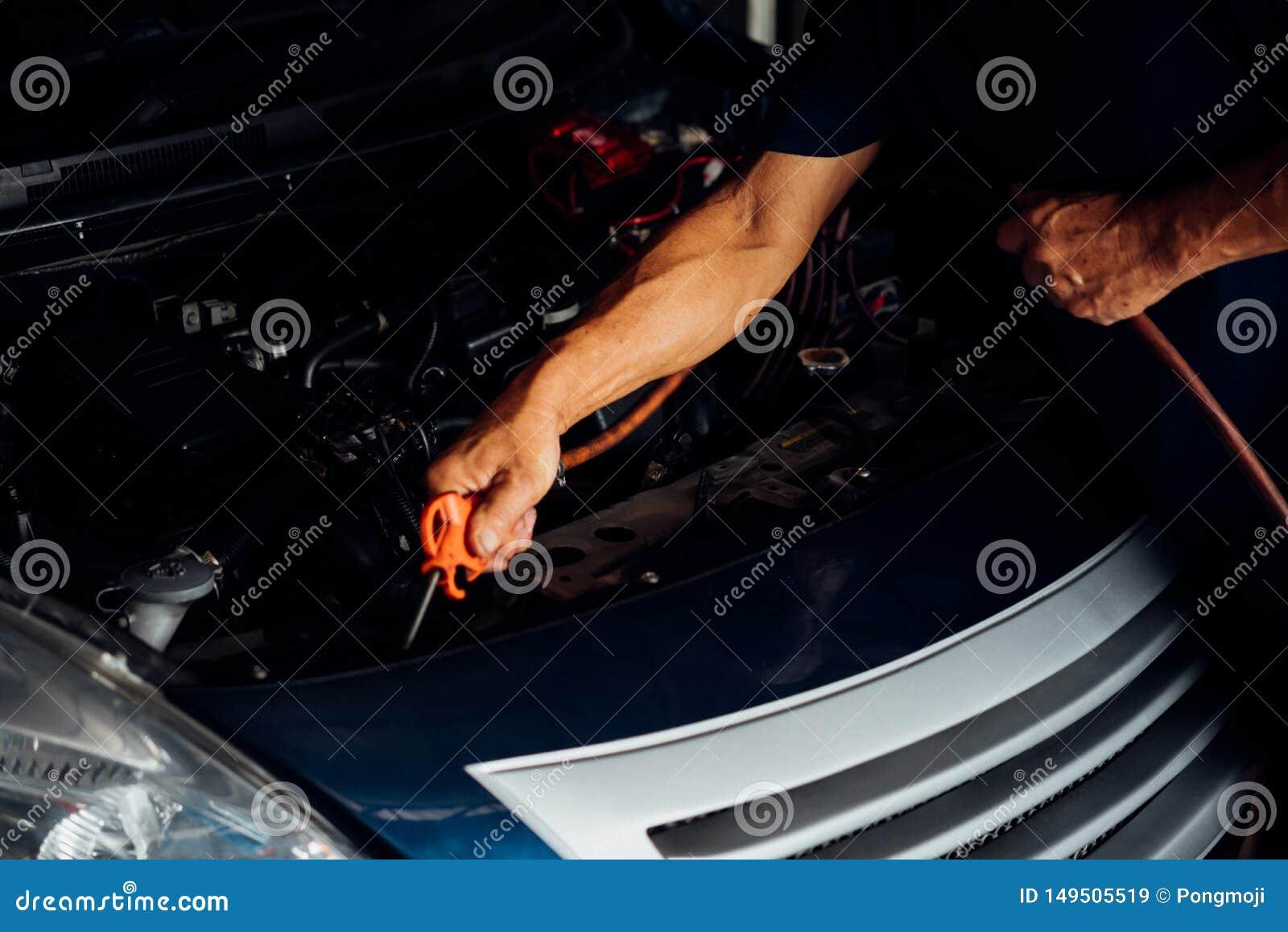 Sprawdza? samochodowego silnika dla naprawy przy samochodowym gara?em