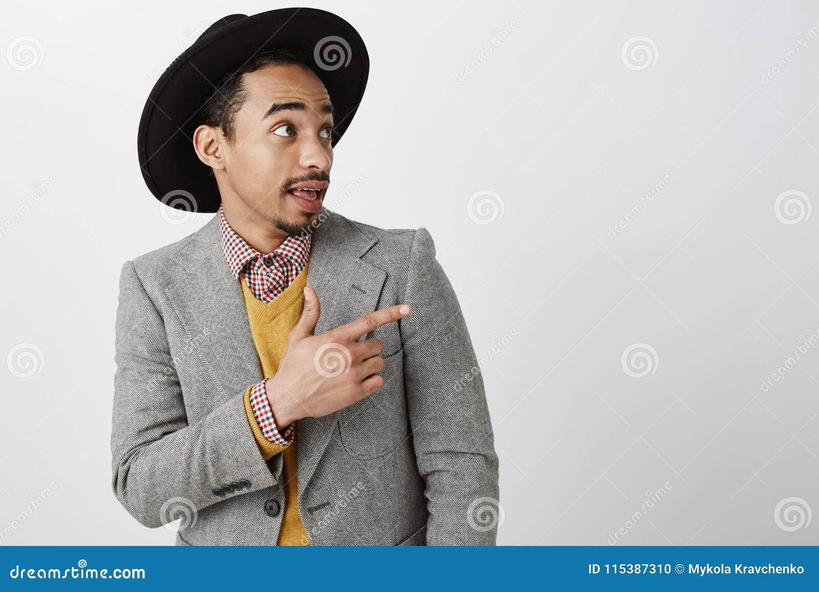 Sprawdza to out, mężczyzna Portret przystojna intrygująca ciemnoskóra samiec w eleganckim kapeluszu i z klasą kostiumu, wskazuje