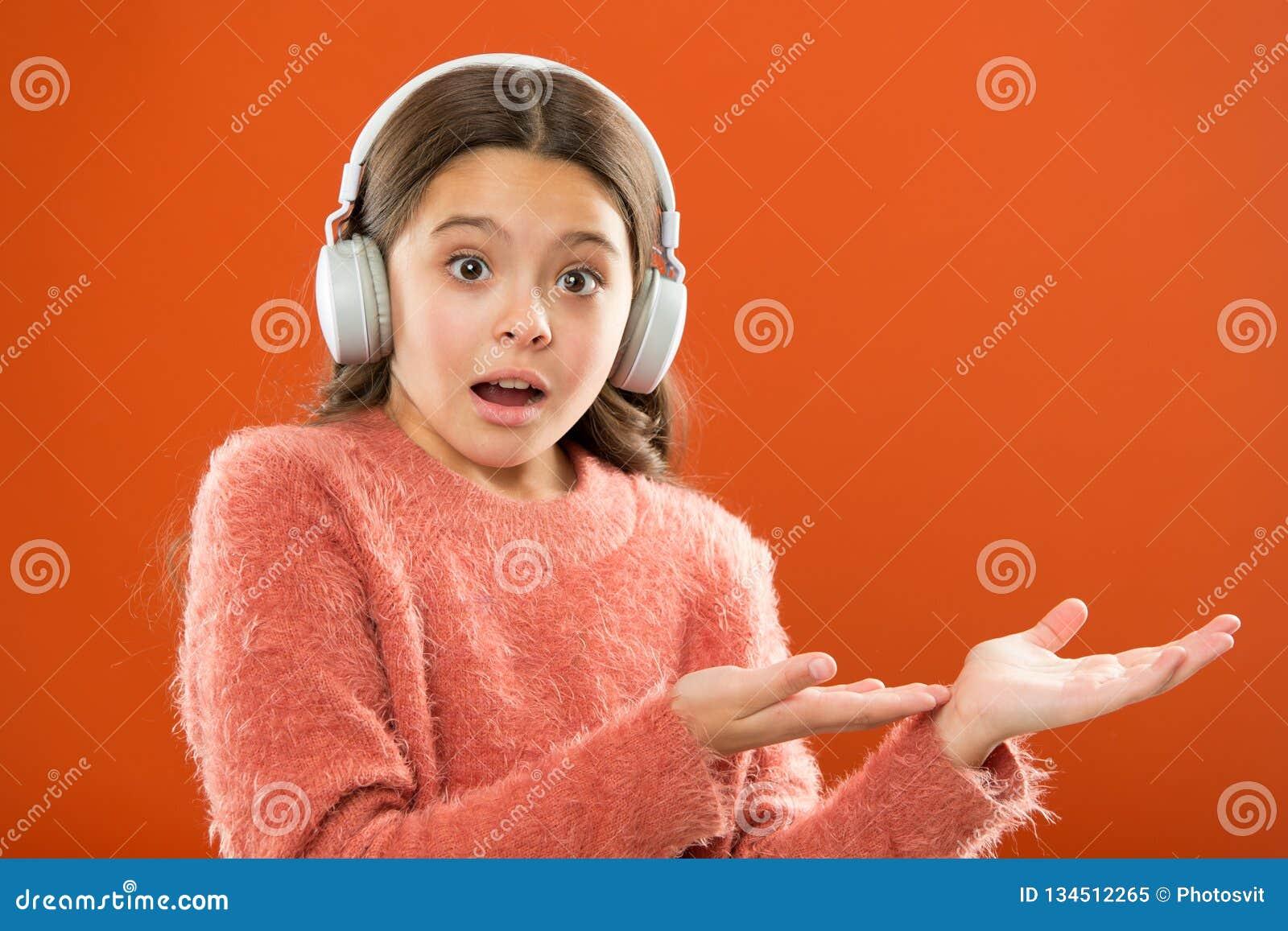 Sprawdza za muzyki usługi kopii przestrzeni Dostaje muzyki konta prenumeratę Cieszy się muzycznego pojęcie Słuchawki radio nowoży