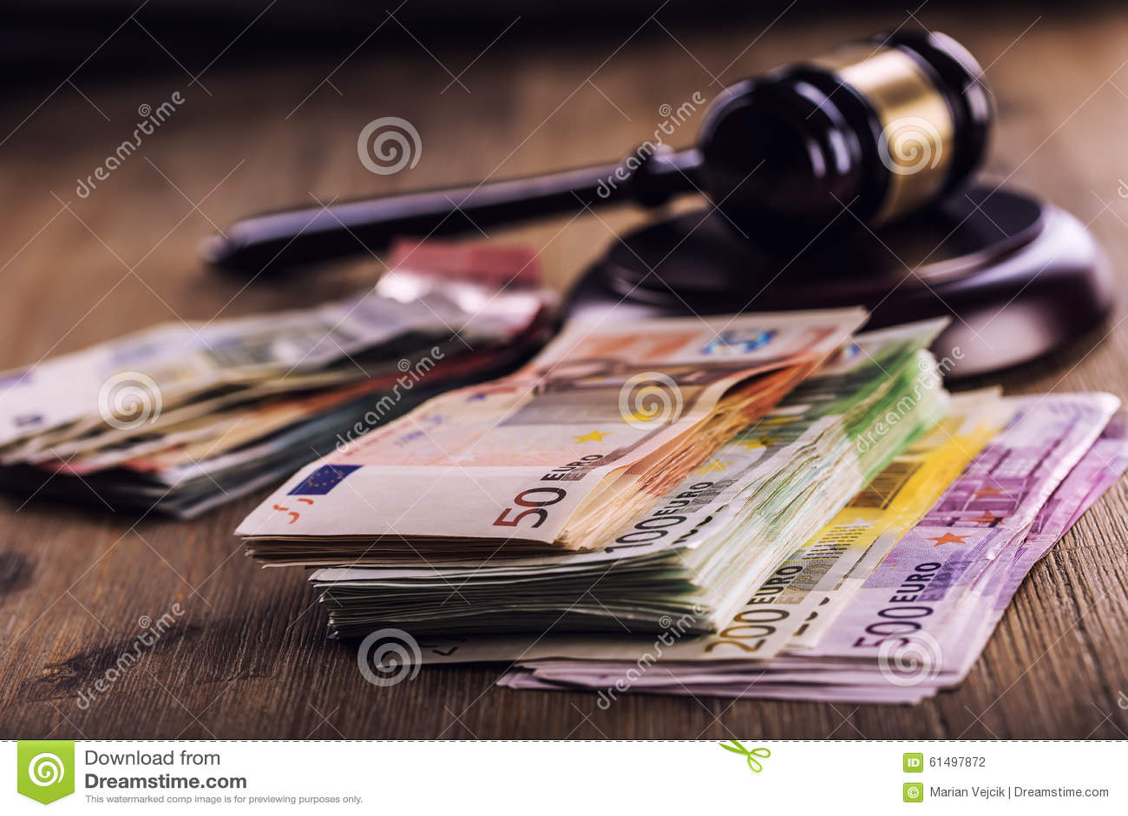 Sprawiedliwości i euro pieniądze banknot waluty euro konceptualny 55 10 Dworski młoteczek i staczający się Euro banknoty Przedsta
