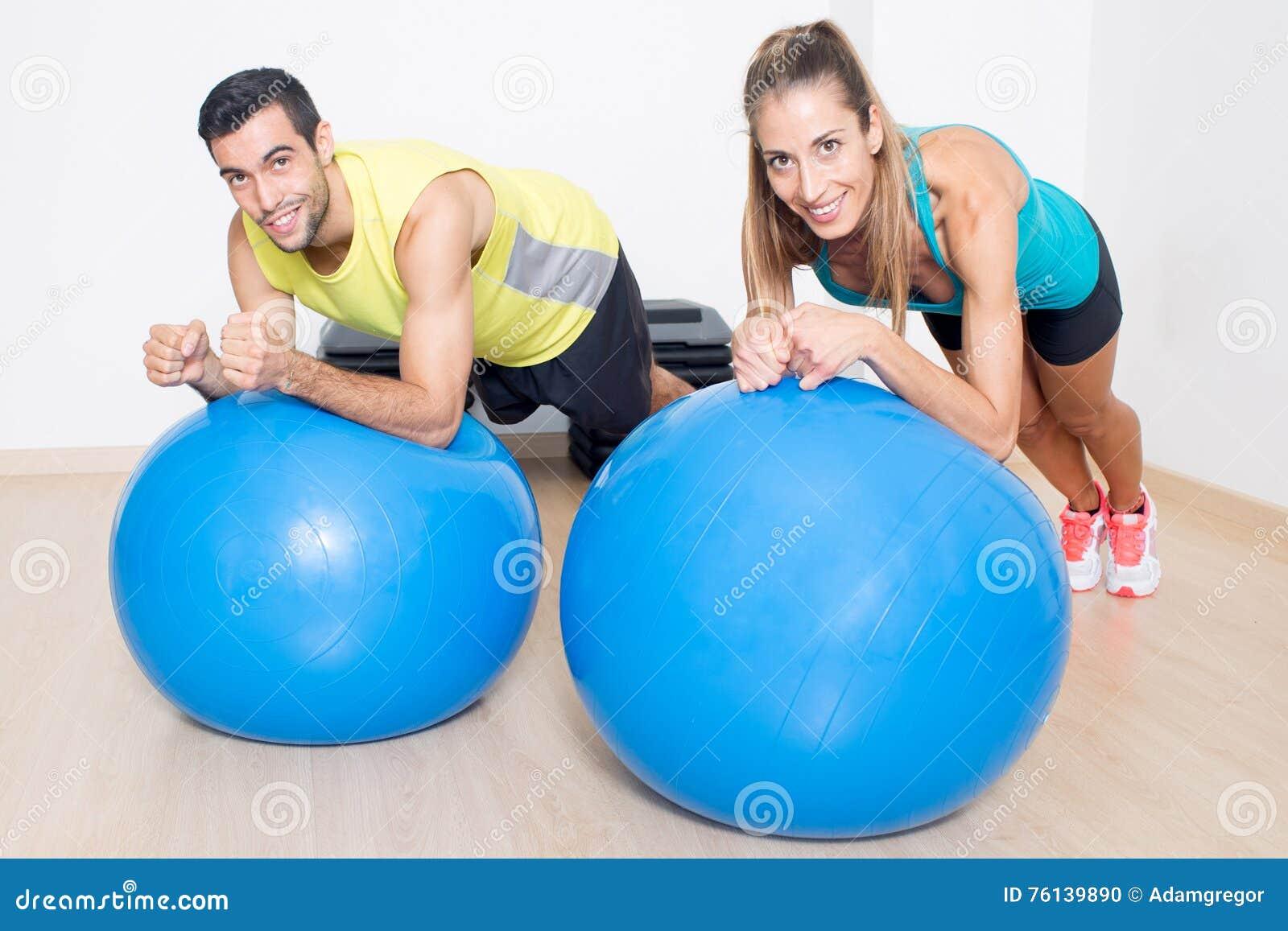 Sprawność fizyczna eksperci na błękitnych medycyn piłkach