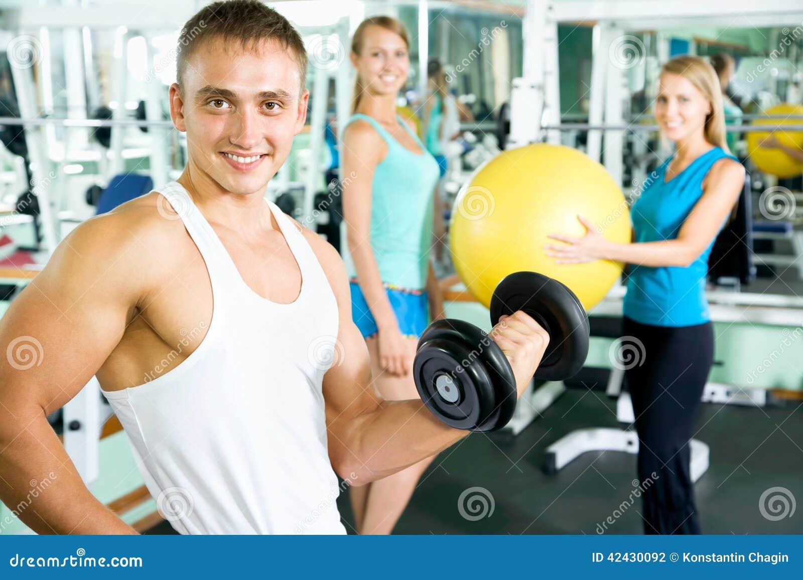 Sprawność fizyczna instruktor z gym ludźmi