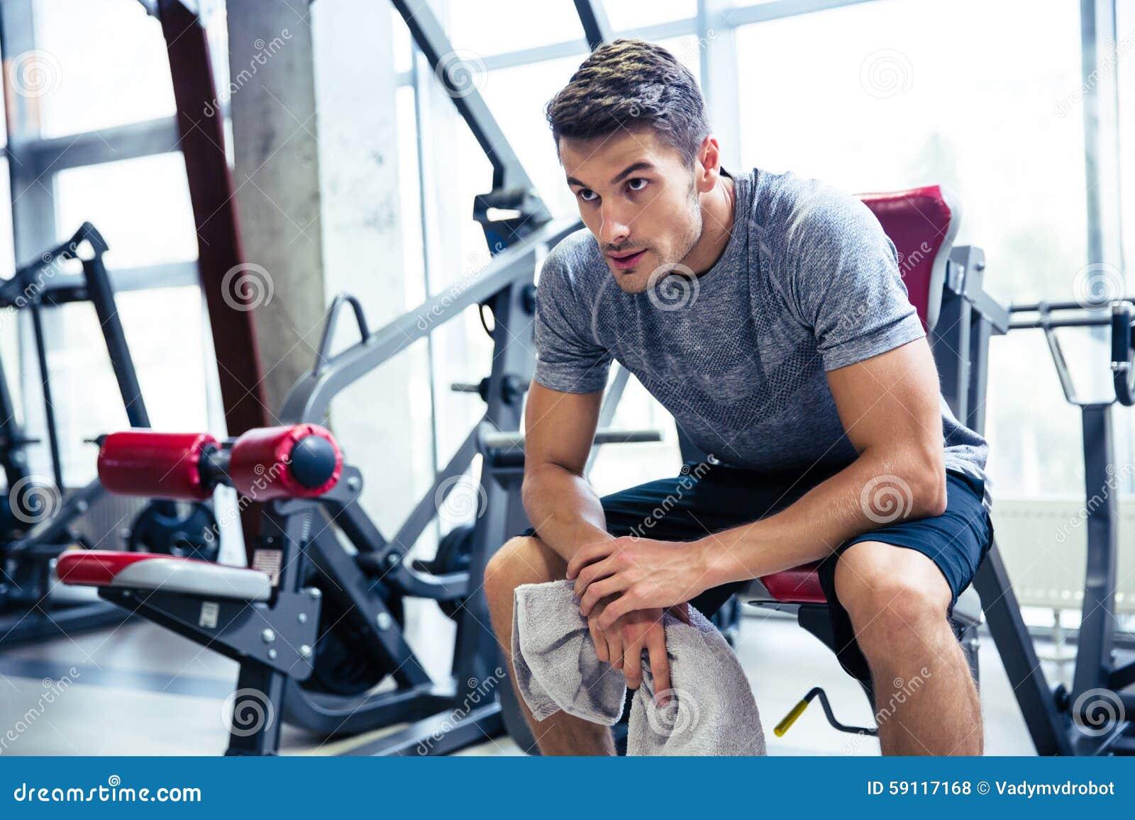 Sprawność fizyczna mężczyzna odpoczywa przy gym