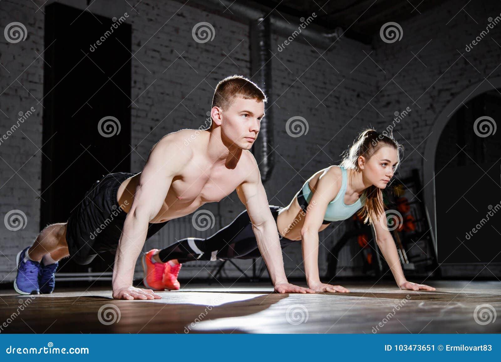 Sprawność fizyczna, sport, szkolenie, gym i stylu życia pojęcie, - potomstwa dobierają się robić Ups w gym