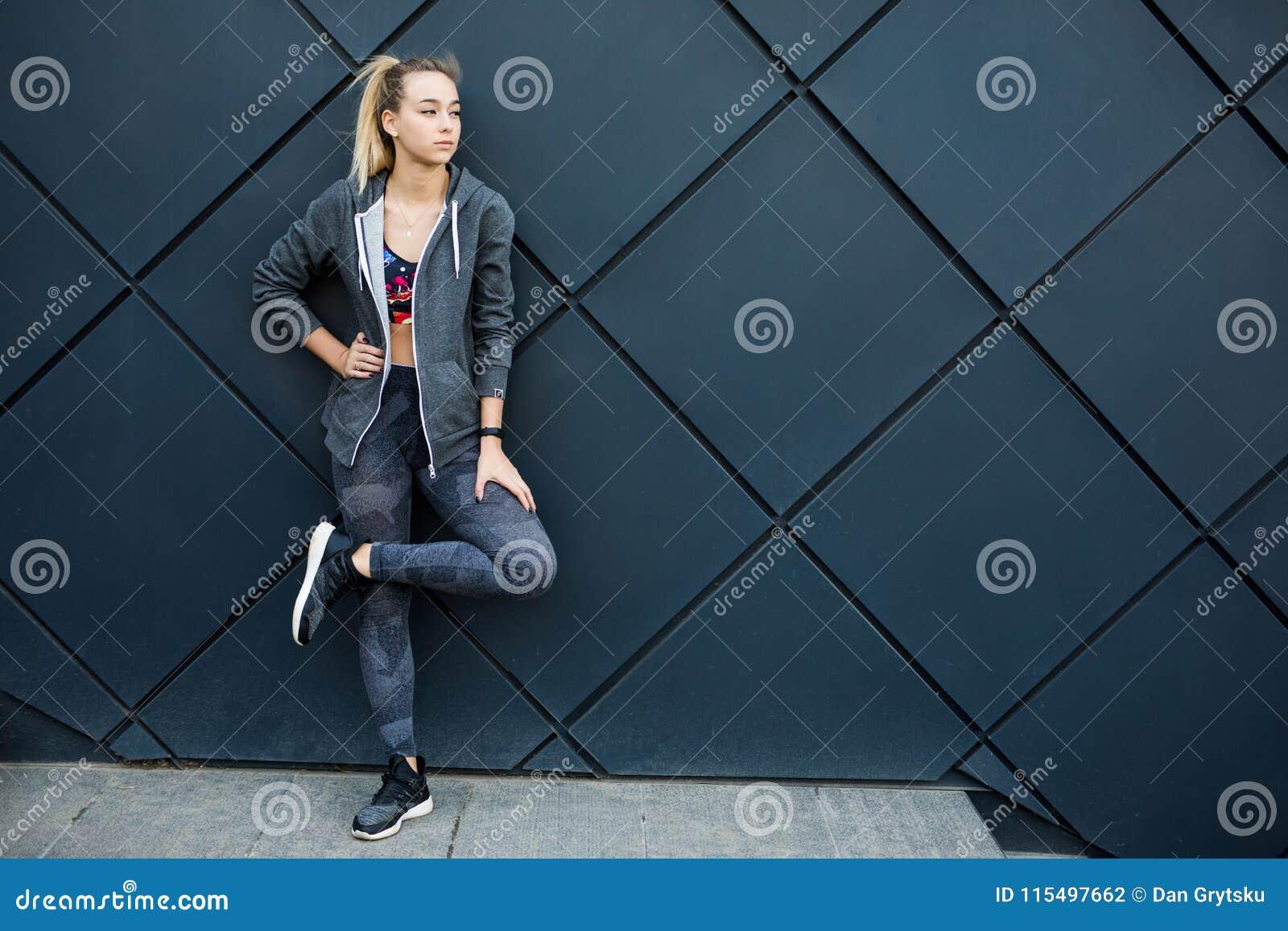 Sprawność fizyczna sporta dziewczyna w mody sportswear robi sprawności fizycznej ćwiczeniu w ulicie, plenerowi sporty, miastowy s