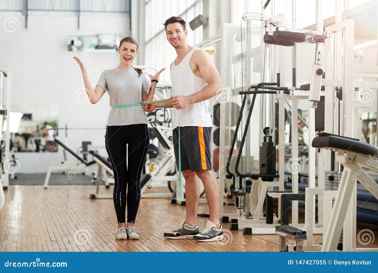 Sprawność fizyczna trenera pomiarowa żeńska talia przy gym