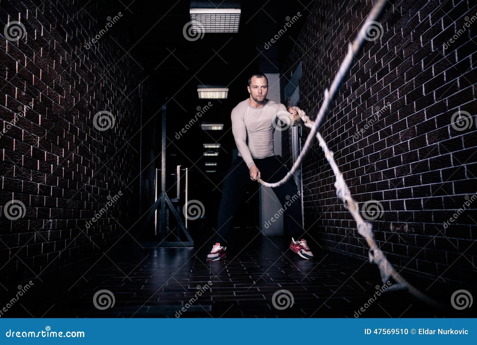 Sprawność fizyczna zwalcza arkany przy gym treningu sprawności fizycznej ćwiczeniem robić przystojnym dobrym przyglądającym mężcz