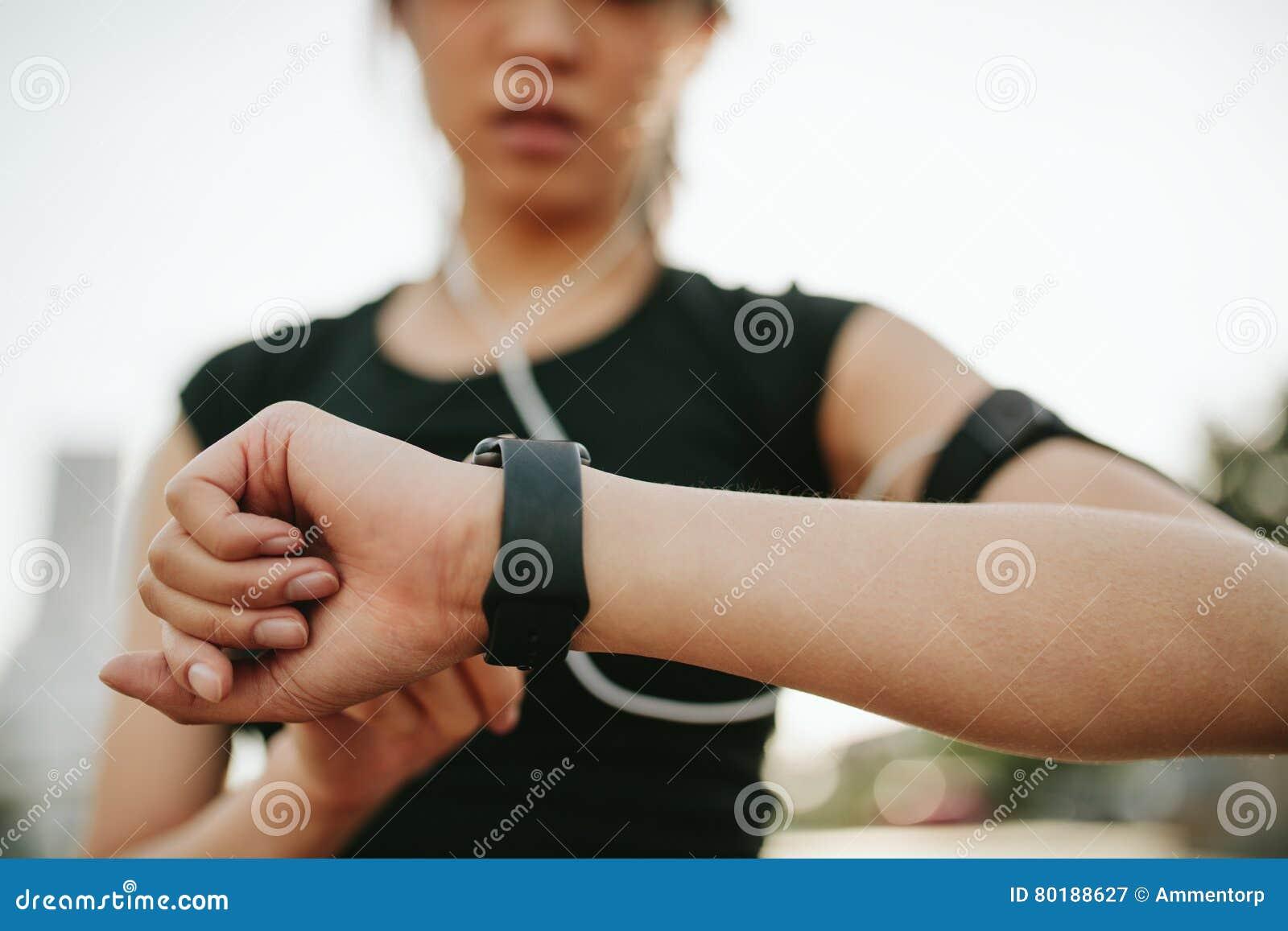 Sprawności fizycznej żeński monitorowanie jej występ na smartwatch