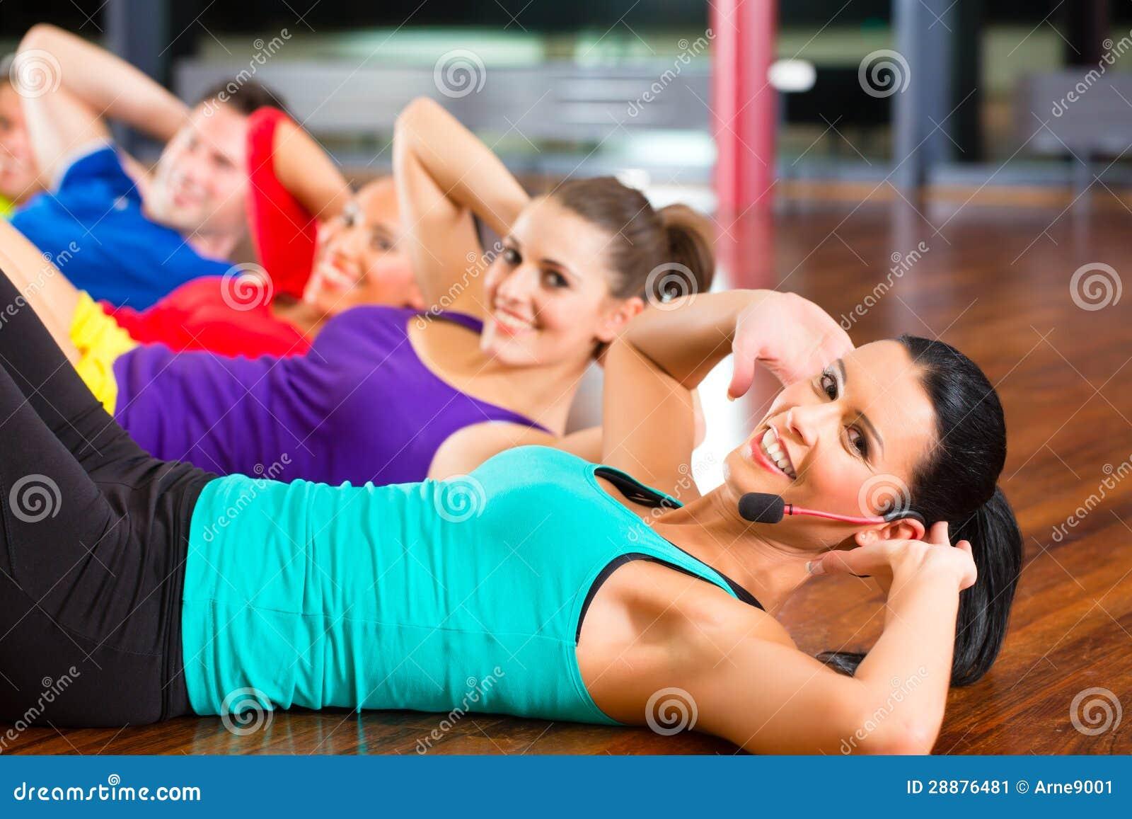Sprawności fizycznej grupa w gym robi chrupnięciom dla sporta