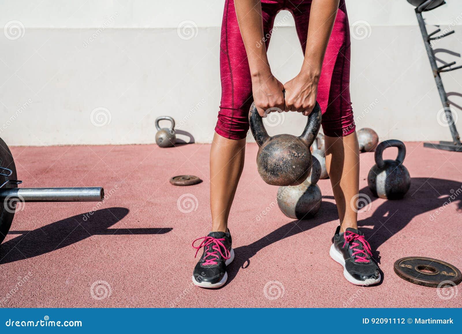 Sprawności fizycznej gym kobiety weightlifting kettlebell ciężar