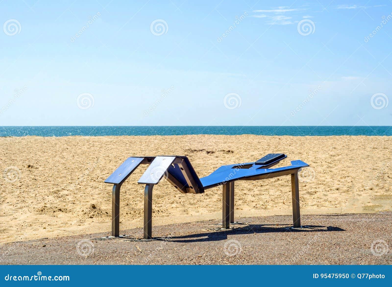 Sprawności fizycznej wyposażenie przy piaskowatą plażą, błękitny ocean, jawny gym, se