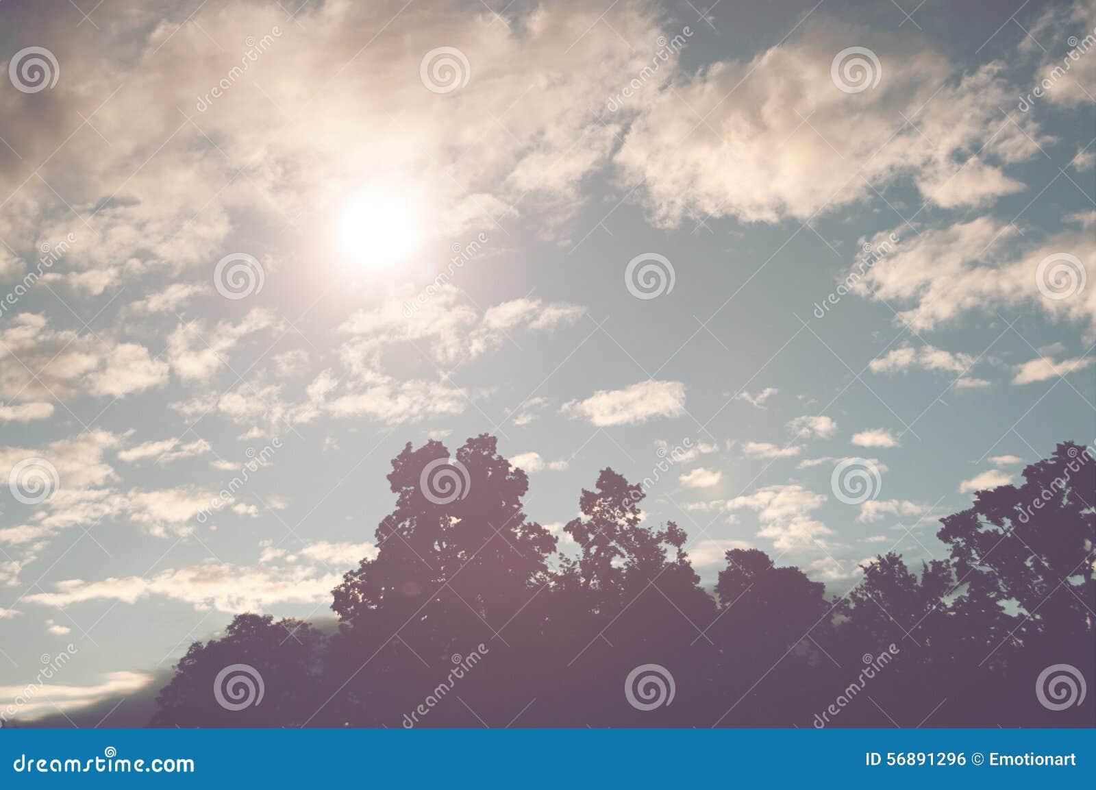 Sprazzo di sole in un cielo blu nuvoloso