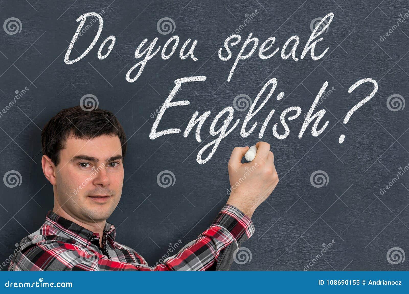 Sprechen Sie Englisch? Mann mit Kreideschreiben auf Tafel