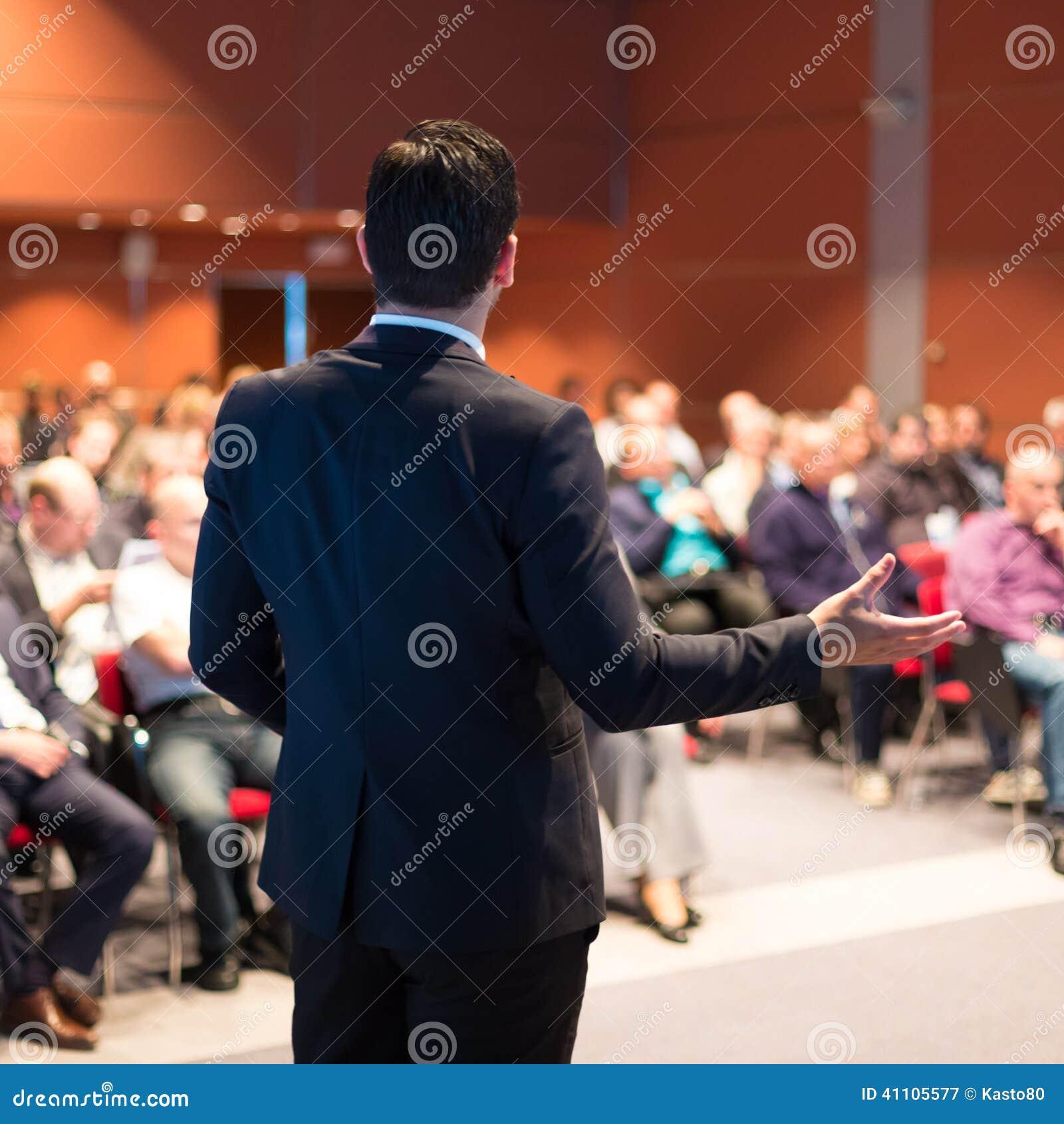 Sprecher bei der Geschäftskonferenz und der Darstellung