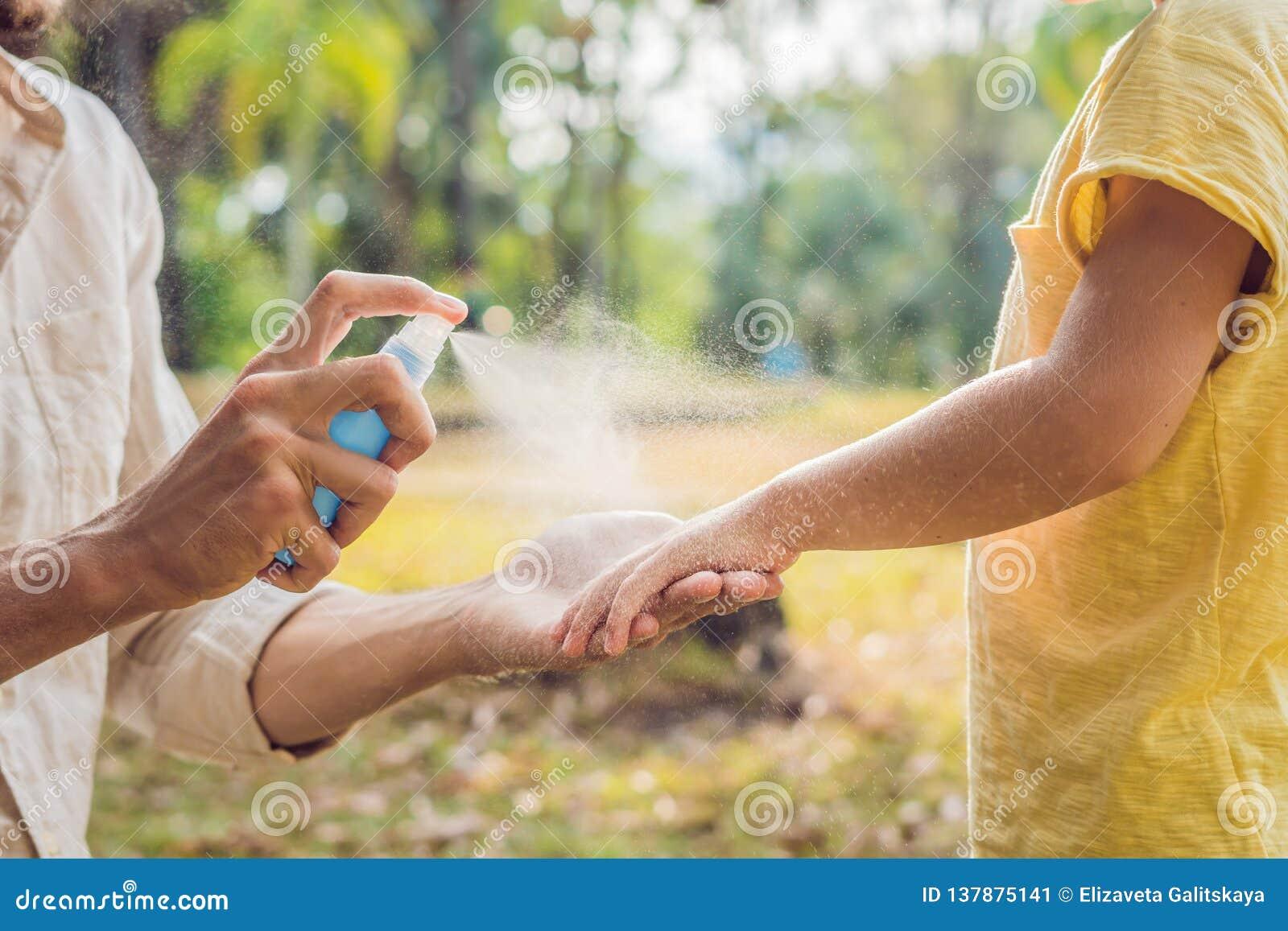 Sprej för farsa- och sonbruksmygga Bespruta krypimpregneringsmedlet på utomhus- hud