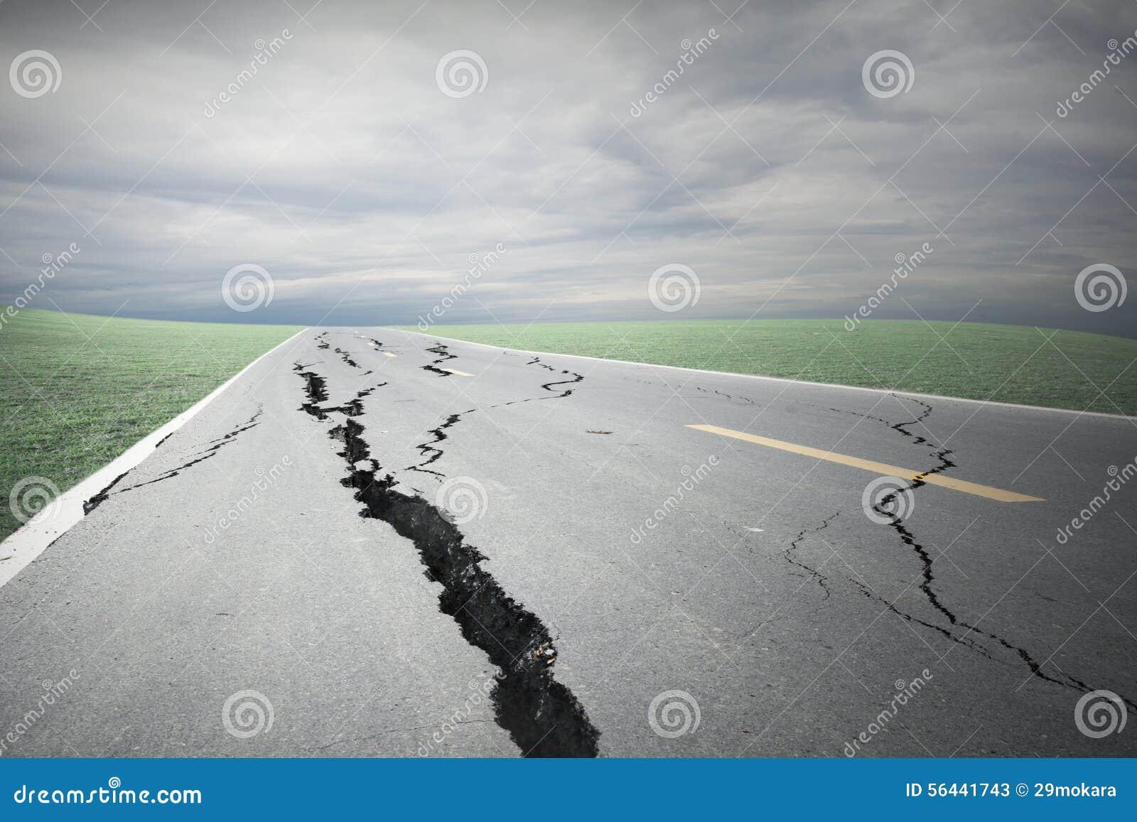 Sprickor för asfaltväg och kollapsat