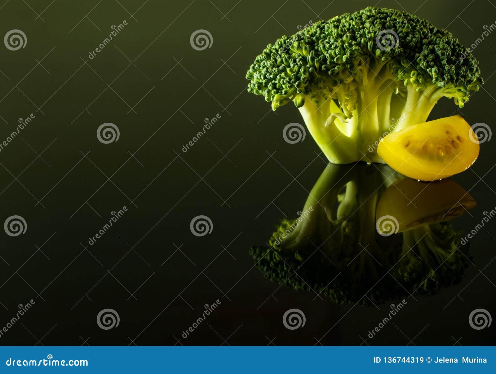Sprig brokuły z plasterkiem żółty czereśniowy pomidor