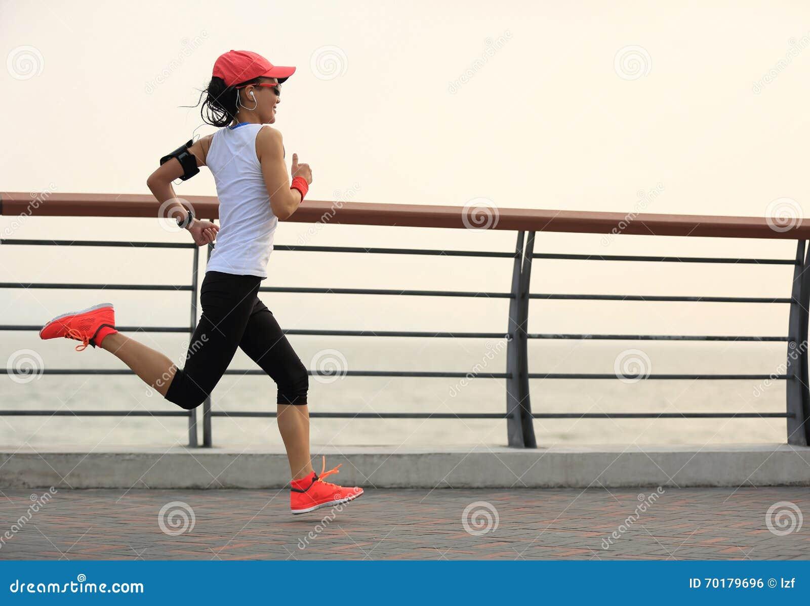 Spring för idrottsman nen för konditionkvinnalöpare på sjösidavägen